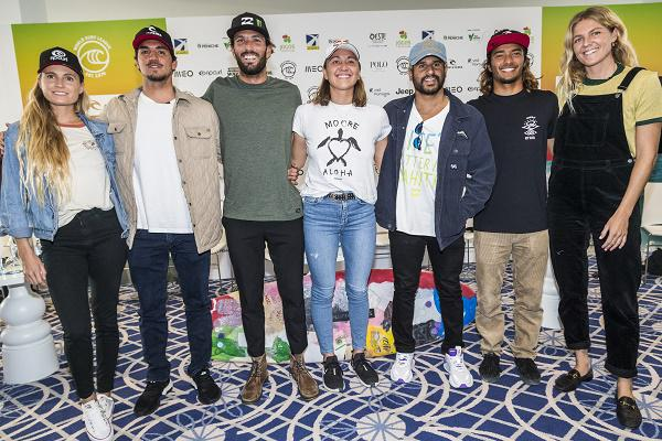 Surfistas na coletiva com o defensor do título, Italo Ferreira (Damien Poullenot / WSL via Getty Image